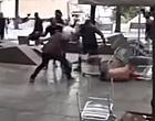 Foto: Schandalige beelden vanuit Barcelona: weerloze PSV-fan in elkaar geslagen