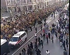 VIDEO: 'Griekse invasie' van AEK Athene-fans in Amsterdam