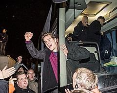 Groot feest in Tilburg na aankomst spelersbus Willem II