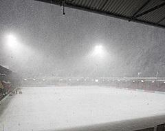Supporters Go Ahead Eagles vechten massaal tegen sneeuw