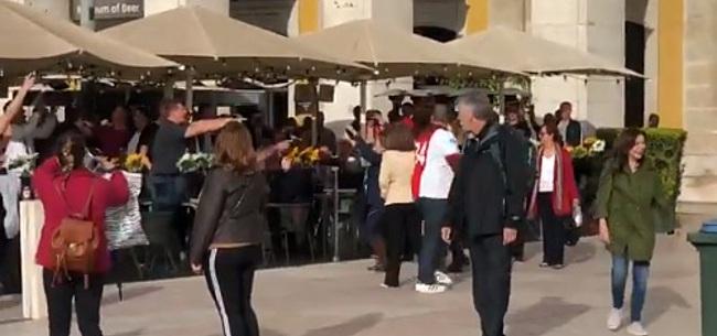 Foto: Ajacieden vermaken zich met Portugese oma's: