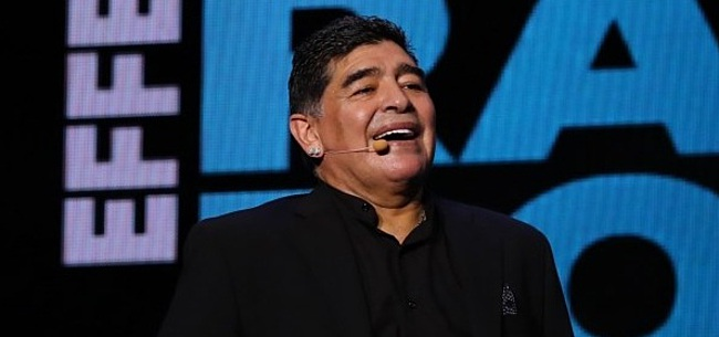 Foto: Maradona krijgt PSV-tenue van Gullit