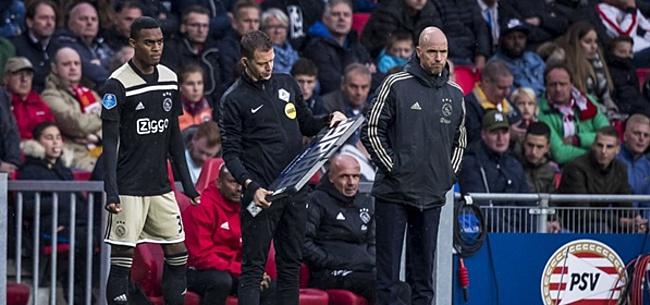 Foto: Trainer Van Oostrom doet tactiek uit de doeken voor Te Werve-Ajax