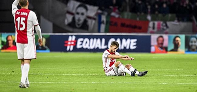 Foto: Ajax-fans wijzen na CL-uitschakeling massaal naar Overmars