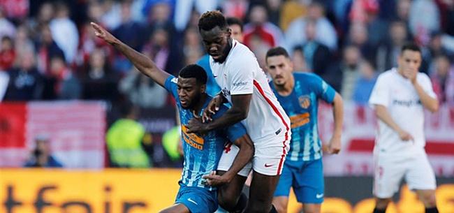 Foto: Bizar: Sevilla-speler schopt Liverpool-talent doormidden in oefenduel