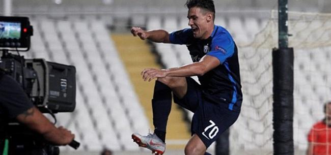 Foto: Pijnlijke beelden: Zürich-speler valt hard in gracht bij vieren doelpunt