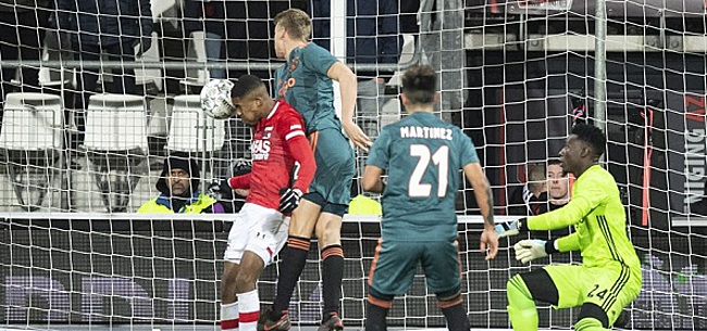Foto: Ajax-fans steken massaal de draak met AZ