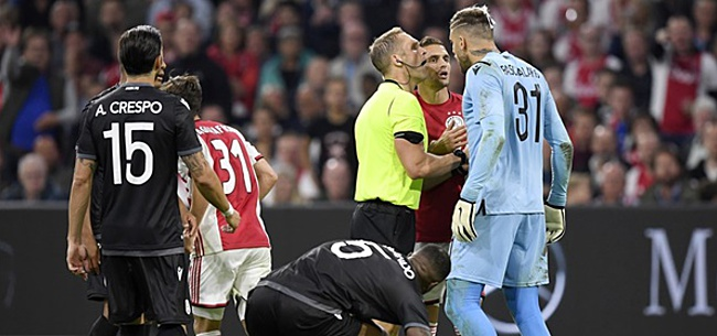 Foto: Grimmige sfeer op tribunes bij Ajax-PAOK: Griekse journalist aangehouden
