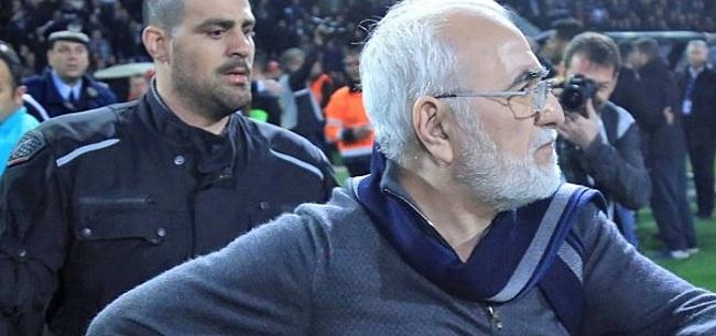 Foto: Gewapende PAOK-voorzitter reageert op bizarre actie met pistool