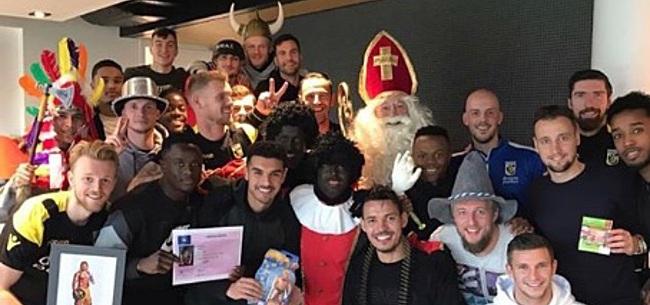 Foto: FOTO: Slutsky verrast Vitesse-spelers als Sinterklaas