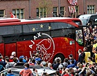 Foto: Atalanta-hooligans bekogelen spelersbus Ajax met stenen