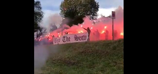 Foto: Feyenoord-fans geven spelers laatste steun richting Klassieker: 'Beat the scum!'